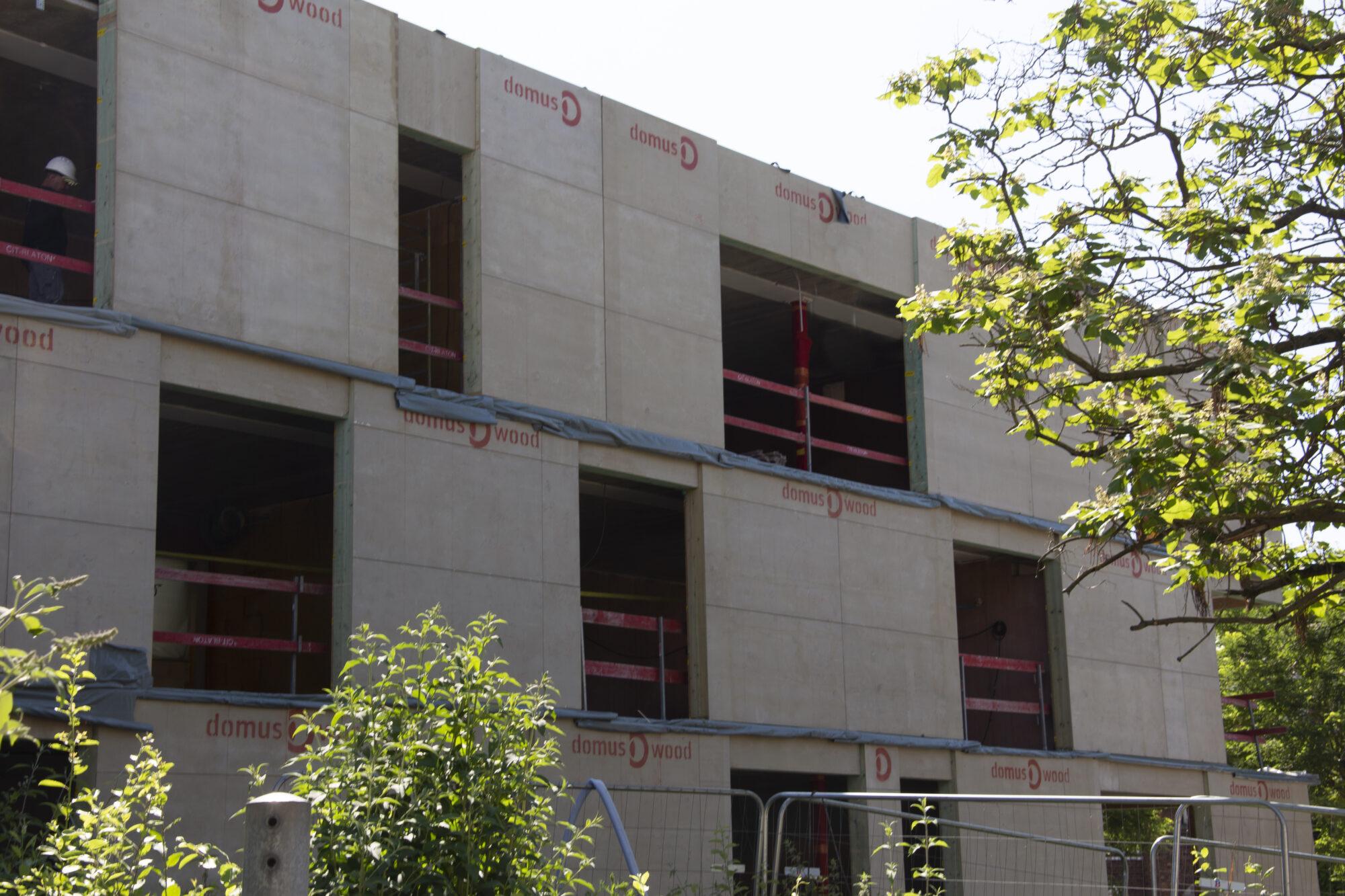 BRANDVEILIGE HOUTEN VLIESGEVEL VOOR BRUSSELSE SCHOOL